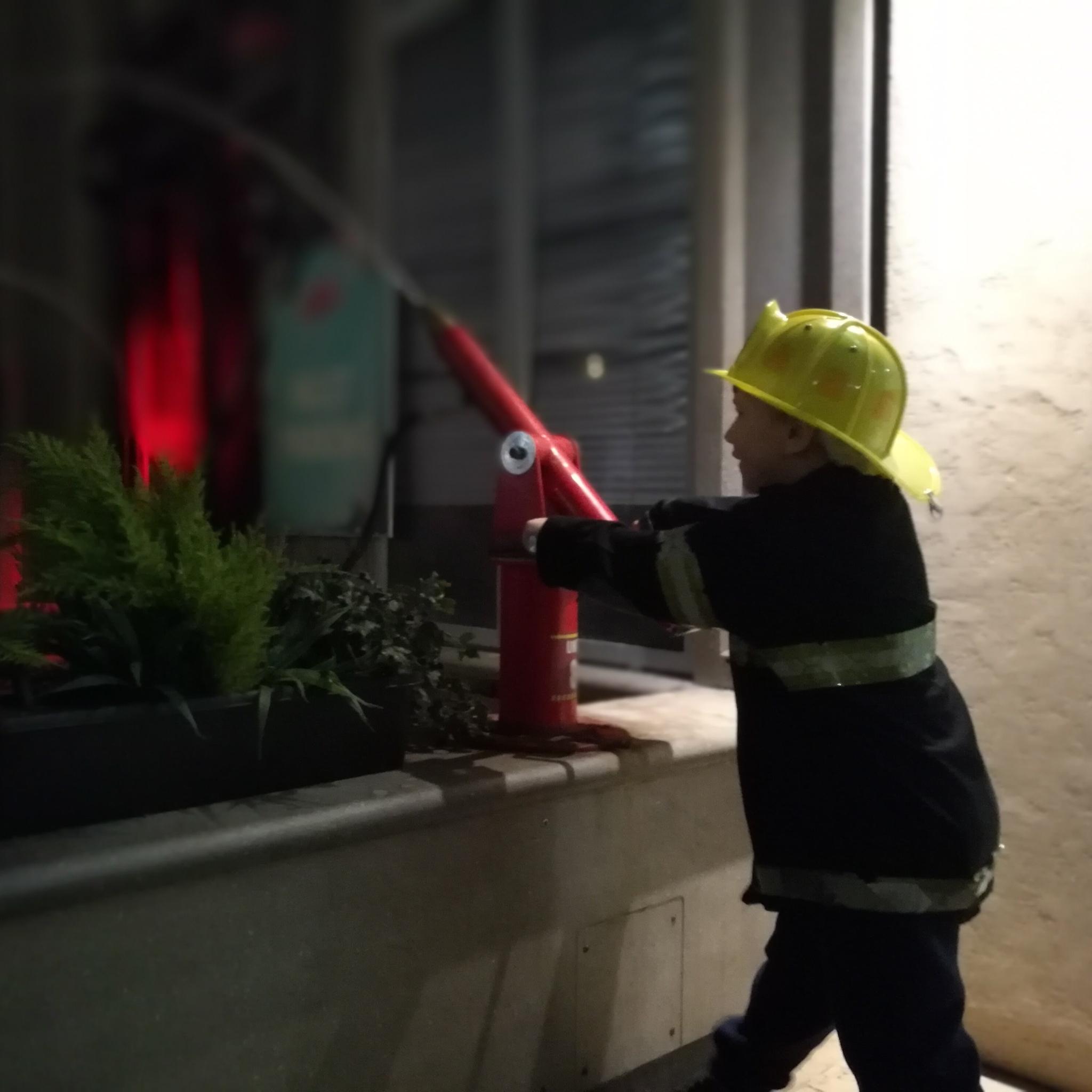 KidZania - strażacy gaszą ogień